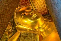 Der stützende Buddha in Wat Pho Stockfotos