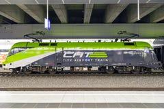 Der Stadt-Flughafen-Zug CAT in Wien, Österreich stockbilder