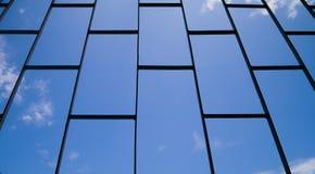Der Stahlkäfig mit blauem Himmel, Blick auf Himmel vom Gefängnis, Gefängniskonzept stockbilder