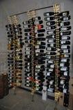 Der Stand mit Weinflaschen in einem Spirituosenladen Stockfotos