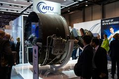 Der Stand von Aero Maschinen und von Hochüberbrückung MTU übersetzte Turbofan-Triebwerk Familie Pratt u. Whitney PW1000G Lizenzfreie Stockfotos
