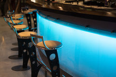 Der Stangenzähler im Café lizenzfreie stockfotos