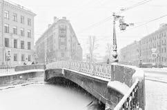 Der starke Schneesturm in St Petersburg Demidov-Brücke Stockbilder