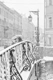 Der starke Schneesturm in St Petersburg Demidov-Brücke Stockfotografie