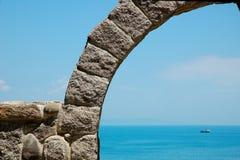 Der Stein acr vor dem Meer Stockbilder