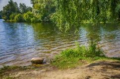 der Stein auf der Flussbank Stockfotos