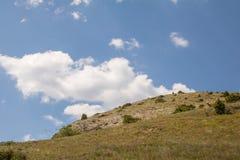 Der Steinberg gegen den Himmel Stockbild