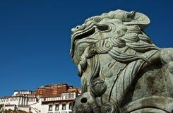 Der Steinlöwe vor dem Potala Palast Stockbild