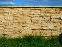 Der Steinzaun auf dem Hintergrund des blauen Himmels Stockbilder