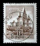 Der Stempel, der in Österreich gedruckt wird, zeigt Bild der Kirche in der österreichischen Stadt Mariazell Lizenzfreie Stockbilder