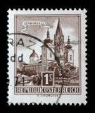 Der Stempel, der in Österreich gedruckt wird, zeigt Bild der Kirche in der österreichischen Stadt Mariazell Lizenzfreie Stockfotografie