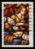 Der Stempel, der in Australien gedruckt wird, zeigt Engel mit Gloria im excelsis Deo Banner Lizenzfreie Stockfotos