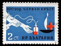 Der Stempel, der in Bulgarien gedruckt wurde, widmete sich Jahrestag 100 des roten Kreuzes Stockfotos