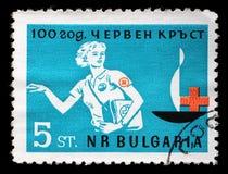 Der Stempel, der in Bulgarien gedruckt wurde, widmete sich Jahrestag 100 des roten Kreuzes Stockfotografie