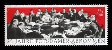 Der Stempel, der in DDR gedruckt wird, weihen 25. anniv ein von der Potsdam-Vereinbarung Stockfoto