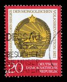 Der Stempel, der in DDR gedruckt wird, zeigt den 50. Jahrestag der mongolischen Republik Lizenzfreie Stockbilder
