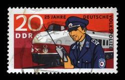 Der Stempel, der in DDR gedruckt wird, zeigt den 25. Jahrestag der Ostdeutschen Volkspolizei Stockbild