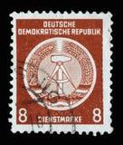 Der Stempel, der in DDR gedruckt wird, zeigt DDR-Staatswappen Stockfotos