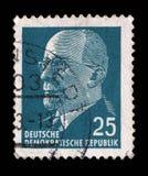 Der Stempel, der in DDR gedruckt wird, zeigt DDR-Staatswappen Lizenzfreie Stockfotografie