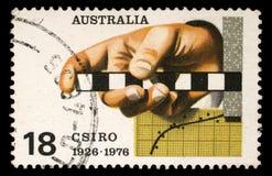 Der Stempel, der in Australien gedruckt wird, zeigt die Übersichts-Regel, das Diagramm, den Lochstreifen, die Commonwealth-wissen Lizenzfreies Stockfoto