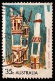 Der Stempel, der im Australien gedruckt wird, zeigt Grab-Beiträge, Einrichtung bei einem Grab im Gedächtnis und in der Ehre der T stockfotografie
