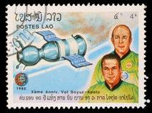 Der Stempel, der in Laos gedruckt wird, zeigt Soyuz 19 und Mannschaft A Leonov und V Kubasov Lizenzfreie Stockfotografie