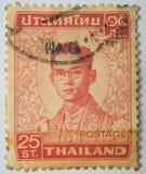 Der Stempel, der in Thailand gedruckt wird, zeigt König Bhumibol Adulyadej, circa 1 Lizenzfreie Stockfotos