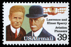 Der Stempel, der in USA gedruckt wird, zeigt Lawrence und Elmer Sperri, Luftfahrt-Pioniere lizenzfreie stockbilder