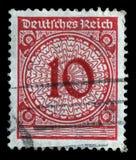 Der Stempel, der in Deutschland gedruckt wird, zeigt 10 Kennzeichen Stockfoto