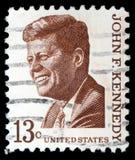 Der Stempel, der durch Vereinigte Staaten gedruckt wird, zeigt Präsidenten John Kennedy stockbild