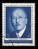 Der Stempel, der im Österreich gedruckt wird, zeigt Fritz Pregl Lizenzfreies Stockfoto
