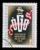 Der Stempel, der im Österreich gedruckt wird, zeigt Gewerkschafts-Emblem Lizenzfreies Stockfoto