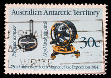 Der Stempel, der im Australien, australisches antarktisches Gebiet gedruckt wird, zeigt 75. Jahrestag Südmagnetpol-Expedition Stockbild