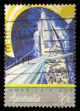 Der Stempel, der im Australien gedruckt wird, zeigt Ansicht von den laufenden Yachten, Amerika-Schale stockfoto