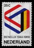 Der Stempel, der im Belgien gedruckt wird, zeigt Mobius-Streifen in Benelux-Farben Stockfotografie