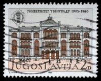 Der Stempel, der in Jugoslawien gedruckt wird, zeigt den 75. Jahrestag der Universität von Belgrad Stockbild