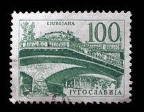 Der Stempel, der in Jugoslawien gedruckt wird, zeigt dreifache Brücke, Ljubljana Lizenzfreie Stockfotos