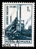 Der Stempel, der in Rumänien gedruckt wird, zeigt 220. Jahrestag von Eisen und von Stahlwerk Hunedoara Lizenzfreie Stockfotos