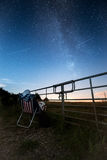 Der Stern, der Frau anstarrt, passt die Milchstraße auf Lizenzfreie Stockfotografie