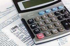 Der Steuererklärungs-Form 1040 US einzelner Abschluss oben mit Taschenrechner Lizenzfreie Stockfotos