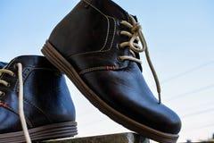 Der Stiefel der Brown-Farbmänner, der für ein perfektes Bild aufwirft lizenzfreie stockfotografie