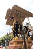 Der Stiersarkophag wird für ein Ubud-Königsfamilie-Begräbnis vorbereitet lizenzfreie stockfotografie