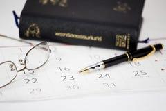 Der Stift gesetzt auf Kalender Stockfotografie