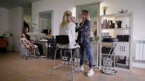 Der stilvolle Salon Die Berufsstilistherstellung macht eine schöne Blondine wieder gut stock footage