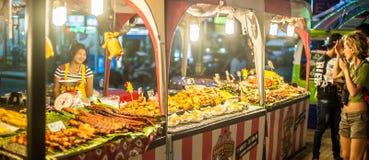 Der Straßenhändler, der traditionelle thailändische Art verkauft, grillte Fleischstock lizenzfreie stockbilder