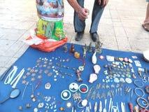 Der Straßenstall, alte Bücher und alte Münzen verkaufend Leute passen auf und kaufen Lizenzfreies Stockbild