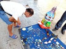 Der Straßenstall, alte Bücher und alte Münzen verkaufend Leute passen auf und kaufen Lizenzfreie Stockfotos