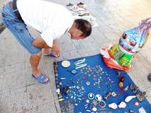 Der Straßenstall, alte Bücher und alte Münzen verkaufend Leute passen auf und kaufen Lizenzfreie Stockbilder