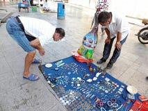 Der Straßenstall, alte Bücher und alte Münzen verkaufend Leute passen auf und kaufen Lizenzfreie Stockfotografie