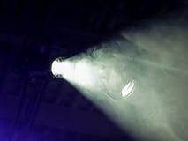 Der Strahl von einem Scheinwerfer durch Rauch Lichttechnische Ausrüstung auf der Decke Lizenzfreies Stockfoto